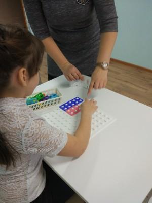 Воспитанники тольяттинской школы-интерната №3 учатся азам арифметики с помощью специального развивающего набора.