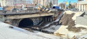 В данный момент пешеходам запрещено передвигаться по нечетной стороне моста, ведутся ремонтные работы.
