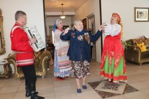 Концерт для ветерана: волонтеры поздравили 98-летнюю жительницу Смышляевки