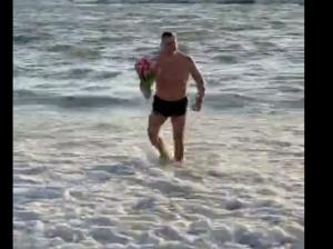 Соцсети взорвало видео, на котором из моря выходит мужчина с цветами.