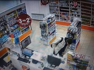 Грабитель похитил лекарства из аптеки в Самарской области