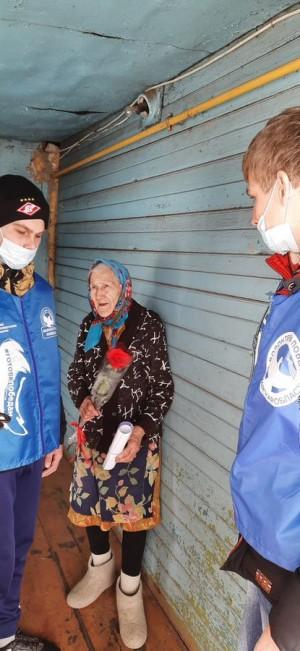 Волонтеры Победыс наступающим праздником 8 Марта поздравили женщин - ветеранов.