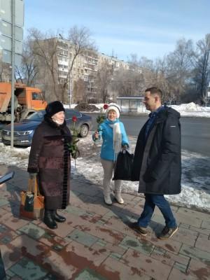 Администрация Октябрьского района выбрала 5 самых людных мест и в ближайшие три дня будет дарить женщинам цветы и пожелания #ВамЛюбимые.