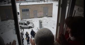 Ветераны смотрели за музыкальным представлением из окон своих квартир и были очень впечатлены.