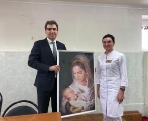 Министр встретился с коллективом родильного отделения больницы.