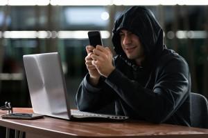 Телефонные мошенники стали звонить россиянам под видом полицейских, расследующих утечки данных.