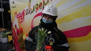 Прекрасные нефтяницы: работники КНПЗ поздравили заводчанок с 8 марта