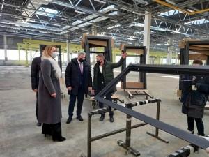 На сегодняшний день завод в ручном режиме уже выпускает порядка 60 дверей в день.