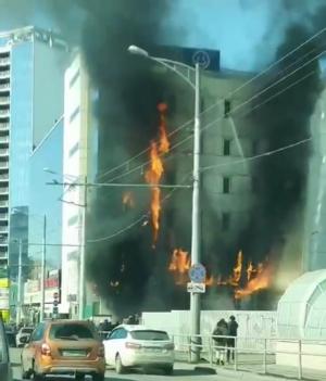 Видео пожара в самарском ТЦ Скала: огонь распространился на несколько этажей