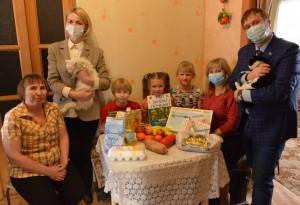 Волонтеры передали набор «масленичных» продуктов, детские энциклопедии и развивающие игры.
