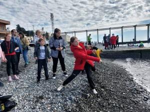 """Главным соревнованием Первой блинной олимпиады стало метание """"блинчиков"""" - запуск камней по морской поверхности на наибольшее количество касаний."""