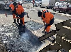 С утра от ям избавляли автодорогу в границах улицы Стара-Загора и Московского шоссе.