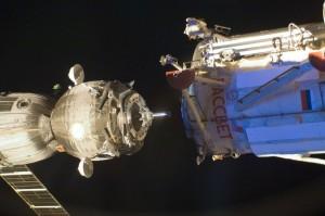 """Корабль сменил место стыковки с малого исследовательского модуля """"Рассвет"""" на модуль """"Поиск""""."""