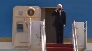 Впресс-службе Белого дома заявили, что причиной падения американского лидера стал сильный ветер.