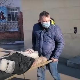 Почта Банк прокомментировал информацию о том, что пенсионерку пришлось нести в отделение
