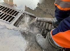 Сегодня велись работы в переулке Тургенева, где имеются и отдельные дождеприемники, и целый каскад, как в районе перекрестка с улицей Братьев Коростелевых.