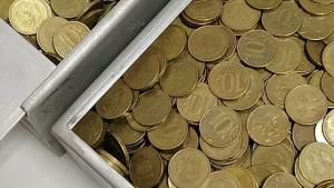 Пристав пересчитал все монеты и принял их в счет погашения долга.
