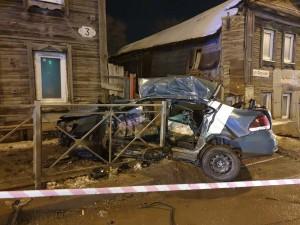 Водитель, управляя легковым автомобилем (каршеринг) врезался встоящий автомобиль скорой помощи, после чего въехал вдорожное ограждение.