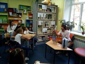 Денис Либстер – писатель, журналист и автор книги «Обыкновенные чудеса» и автор и ведущий «Мастерской сказки» — литературно-художественного клуба для детей.
