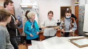 До начала выставки, используя профессиональное оборудование, с экспонатами начали работать сотрудники реставрационной мастерской Музея имени Андрея Рублёва.