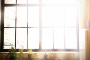 Пластиковые окна уж более 50 лет активно используются при остеклении любого типа зданий. Надежные конструкции удерживают пальму первенства по функциональным характеристикам. Но