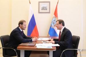 Денис МантуровиДмитрий Азаровво время личной встречи обсудили вопросы развития промышленности Самарской области.