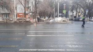 В Самаре машина сбила пешехода, когда тот шел на зеленый свет