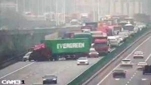 Помимо надписи на борту, грузовик и судно объединяет то, что оба отклонились от курса вправо и остановились под углом 45 градусов.