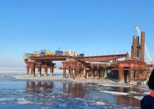 Ростехнадзор требует остановить работу кранов на стройке моста через Волгу