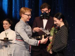 Елена Лапушкина вручила награды победителям.