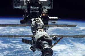 """По словам источника, сейчас российские космонавты продолжают поиск мест негерметичности в корпусе промежуточной камеры модуля """"Звезда""""."""