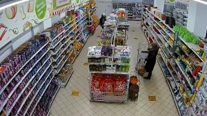 Молодая самарчанка пыталась обокрасть магазин: видео