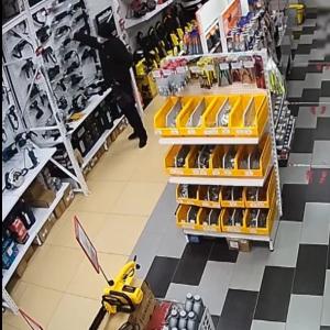 Момент дерзкой кражи в Тольятти попал на видео: идет поиск вора
