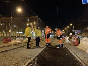Движение на время ремонта не перекрывается, трамвайное сообщение не прекращается.