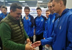 """Команду поздравили в перерыве матча """"Крыльев Советов""""."""