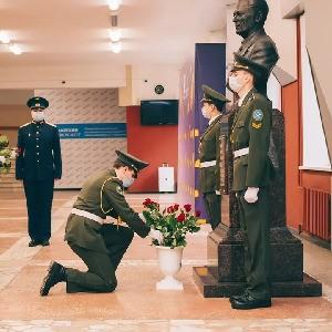 Студенты возложили цветы к бюсту Виктора Павловича Лукачева.