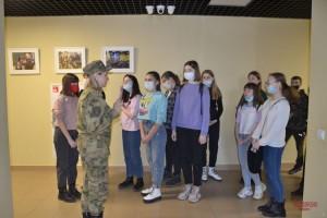 Школьники Самары стали гостями фотовыставки, посвященной юбилею Росгвардии