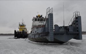 Дизель-электроход «Шлюзовой-145» и буксир-толкач «Портовый-13» помогли освободить протоку Рождественская воложка от ледового покрова.