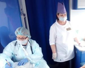 Вакцинацию жители села Купино сегодня проходили в новом передвижном фельдшерском-акушерском пункте.