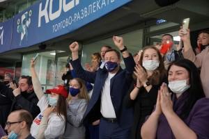 Губернатор, секретарь реготделения «Единой России» пригласил на четвертьфинал Кубка России по футболу 2300 добровольцев и пообщался с самыми активными из них.