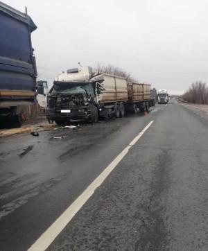 ДТП около Самары: две фуры не поделили дорогу