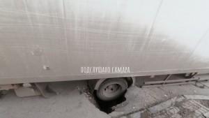 В Самаре грузовик провалился в асфальт