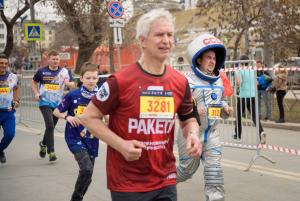В рамках забега участники соревновались на дистанциях 600 м (детский забег), 1586 м, 3 км, 10 км, 21,1 км, 5х3 км (корпоративный забег).