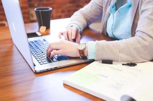 Решать проблемы в офлайне через онлайн-площадки стало возможным благодаря развитию цифровых технологий.