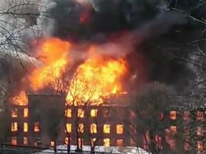 Кровля и перекрытия рухнули в горящем здании. При тушении пострадали двое пожарных, еще один пожарный погиб.