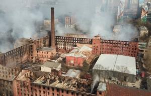 По данным источника ТАСС, очаг возгорания находился в той части здания, где производили резиновые лодки.