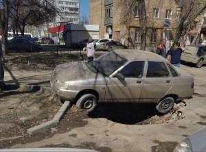 В Самаре очередная машина провалилась в асфальт