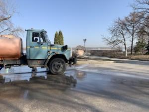 Две поливочно-моечные машины выходят ранним утром – уже после 05:00 и до 10:00 стараются отмыть все 4,5 километра очередей набережной.