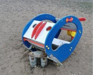 В Самаре на одной из детских площадок на ребенка упала часть качелей