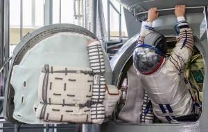 Пока зарплаты российских космонавтов практически в два раза ниже, чем их коллег из США или Европы.